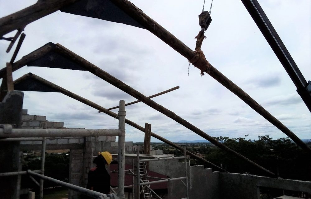 Rigging rafters to top of the office at the Centre for Excellence